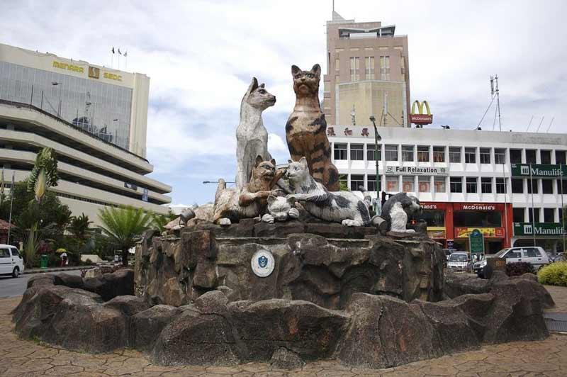 در شهر کوچینگ مالزی مردم به گربه ها علاقه ای افراطی دارند