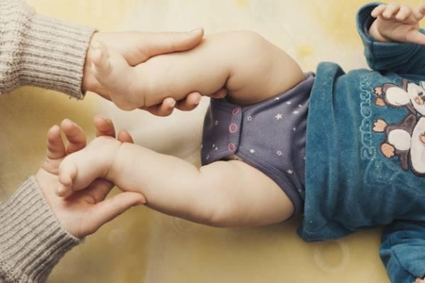 نشانه های در رفتگی مادرزادی لگن نوزاد و بزرگسال