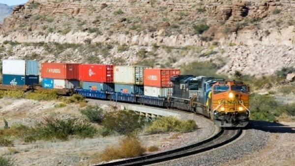 فرار قطار باری در ایستگاه سمنان به دلیل نقص ترمز، قطار با خروج از ریل متوقف شد