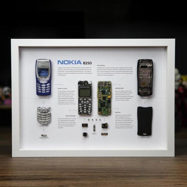 این گیک گوشی های موبایل را باز می کند و از آنها تابلوهایی زیبا و تماشایی درست می کند